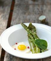 espargos e ovos de codorna fritos foto