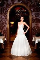 mulher morena noiva vestido de noiva branco foto