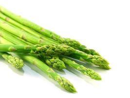 espargos crus verdes, isolados no fundo branco foto