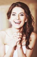 encantadora jovem noiva linda. foto
