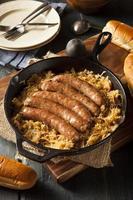 salsicha de cerveja assada com saurkraut foto