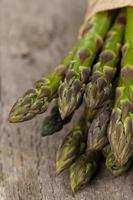 bando de aspargos frescos foto