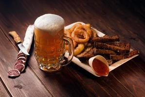 caneca de cerveja com lanches foto