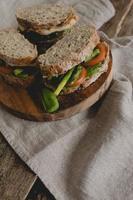 sanduíche em cima da mesa foto