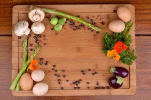 preparação de ovo, cogumelos, aspargos, mini berinjela, bruxelas foto