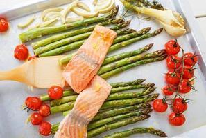 peixe salmão e aspargos verdes, tomate cereja e erva-doce