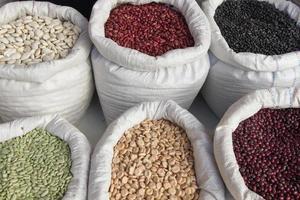 sacos com mercado de feijão - sacos con legumbres frijoles foto