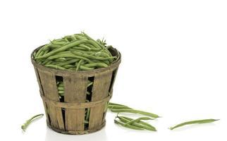 feijão verde em uma cesta rústica foto