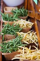 feijões de cera amarelos e feijões verdes em cestas foto