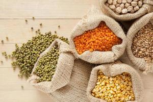 sacos com grãos de cereais foto