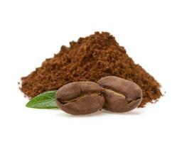 grãos de café sobre fundo branco foto