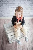 criança feliz brincando com o avião de brinquedo