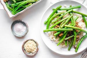 carne com arroz e feijão verde foto