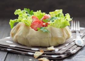 salada em uma tigela de pão foto