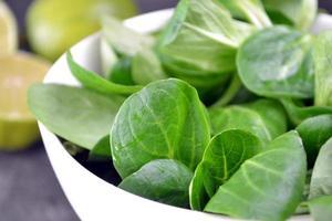 close-up de salada fresca de folhas com limão foto