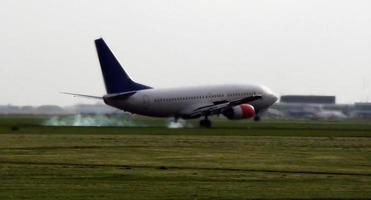 processo de pouso de avião de passageiros