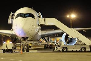 aviões de passageiros no aeroporto à noite foto