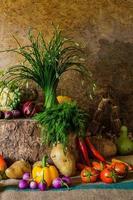 ainda vida vegetais, ervas e frutas. foto