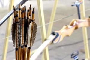 setas tradicionais e arco de competição foto