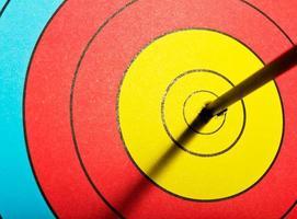 flechas no alvo de tiro com arco foto