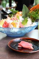 conjunto de sashimi de frutos do mar crus foto