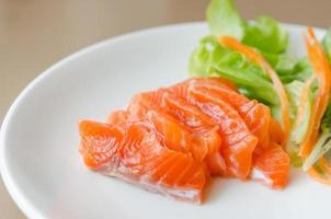 sashimi de salmão com salada fresca foto