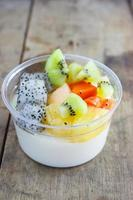 cobertura de salada de frutas com tofu, leite foto