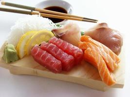 variedade de sushi isolada foto