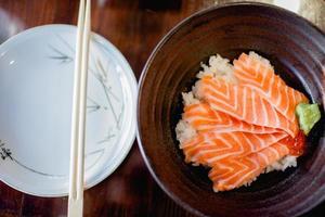 tigela de arroz de salmão foto