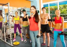 cinco jovens legais no clube de fitness foto