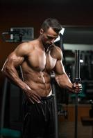 homens musculosos bonitos descansando após exercícios foto