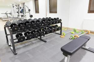 equipamentos de ginástica no ginásio foto