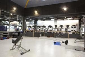 interior do ginásio com equipamento foto