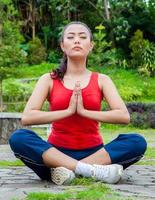 mulher asiática meditar no parque foto