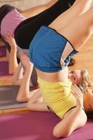 exercício de alongamento em grupo no health club vt foto