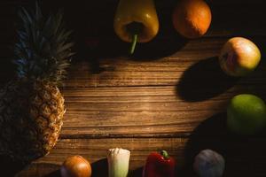 frutas e vegetais dispostos na mesa foto