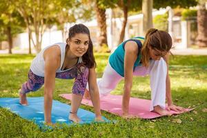 desfrutando de ioga ao ar livre foto