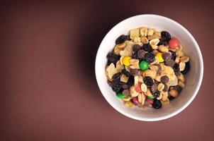 mistura de doces e nozes em uma tigela foto