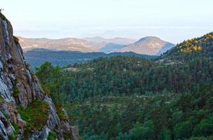 paisagem de montanha de manhã de verão (Noruega). foto