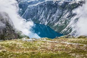 bela paisagem norueguesa com montanhas foto