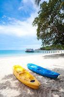 caiaques na praia tropical na Tailândia