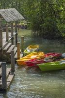 canoas no cais do lago, conceito de estilo de vida de aventura.