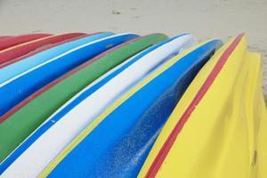 linha de caiaques à beira-mar foto