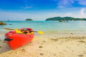 caiaques amarelos vermelhos na praia tropical, ilha lipe