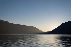 pôr do sol na paisagem do lago crescente foto