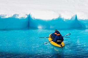 dois homens em uma canoa