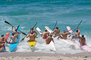 corrida de barco na praia começando foto