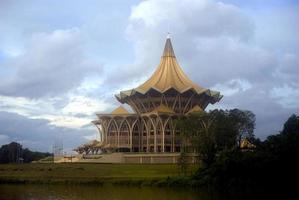 edifício do parlamento, kuching, sarawak, bornéu, malásia