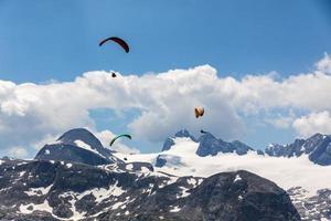 parapente nas montanhas dachstein
