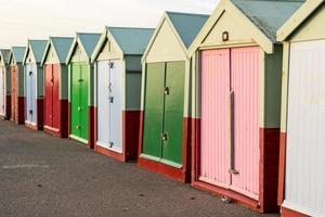 cabanas de praia em uma linha foto